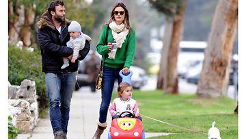 Jamie Mazur, Noah-poika, Alessandra Ambrosio, Anja-tytär ja Lola-koira.