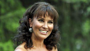 Arja Koriseva poseeraa Seinäjoen Tangomarkkinoilla perjantaina 8. heinäkuuta 2011.