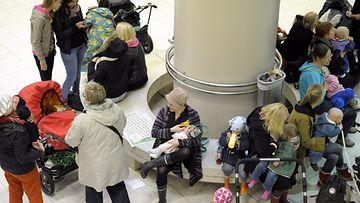 Valtakunnallisella imetysviikolla joukko äitejä imetti lapsiaan flash mob -tempauksessa julkisella paikalla Helsingin Rautatietorin Kompassiaukiolla.