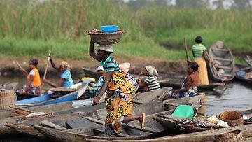 Nainen kantaa tavaroita torille Beninissä, Länsi-Afrikassa, 2012 .