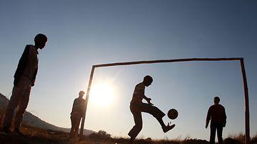 Pojat pelaavat jalkapalloa Kapkaupungissa, 2010.