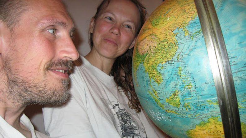 Päivi ja Santeri Kannisto matkasuunnitteluissa 2009.
