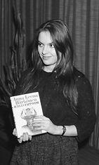 """Kirjailija, teatterikoululainen Anna-Leena Härkönen vastaanotti J.H. Erkon rahaston palkinnon vuoden esikoiskirjasta """"Häräntappoase"""" 16.1.1985."""