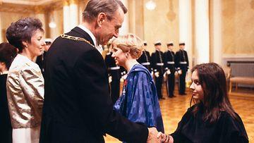 Kirjailija-teatterikoululainen Anna-Leena Härkönen Linnan itsenäisyyspäiväjuhlissa 6.12.1985.