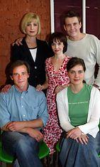 Nicke Lignell ja Tiina Lymi esittivät Onnen varjot -elokuvassa avioparina. Anna-Leena Härkönen toimi elokuvan käsikirjoittajana ja näyttelijänä. Takana Milka Alhroth ja Santeri Kinnunen. Kuva vuodelta 2004.
