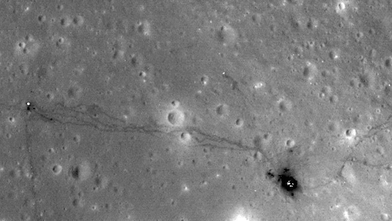 Apollo 14 -astronauttien jättämiä jälkiä kuussa.