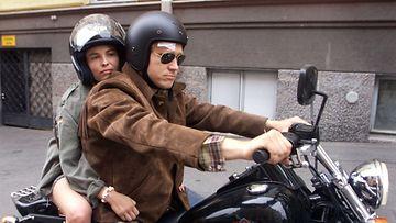 Minä ja Morrison -elokuvan päärooleissa nähtiin Irina Björklund ja Samuli Edelmann vuonna 2001.