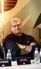 """Näyttelijä Samuli Edelmann (Mikko Koitere) tiistaina Helsingissä infossa, jossa kerrottiin Reijo Mäen kirjaan """"Keltainen leski"""" perustuva elokuvasta, joka kuvataan tänä syksynä ja jonka ensi-ilta on elokuussa 2004."""