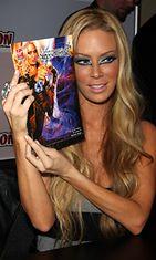 Entinen aikuisviihdetähti Jenna Jameson promosi Shadow Hunter -sarjakuvaansa vuonna 2008.