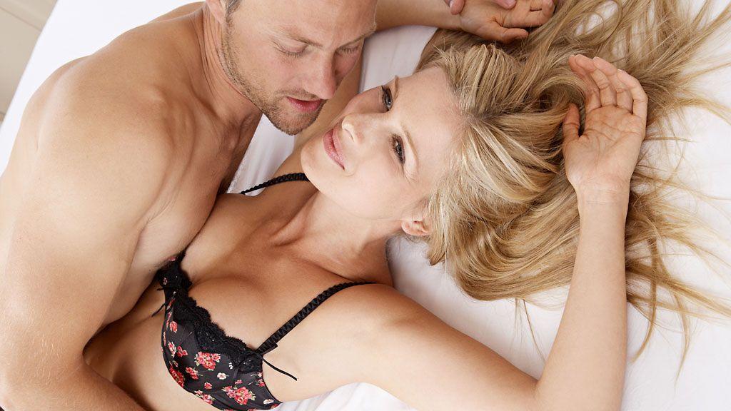 mies ja nainen sängyssä naurunappula seksi