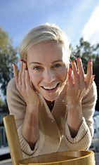 Meikitön päivä -kampanjaan osallistuu mm. Huippumalli haussa -ohjelman juiontaja Anne Kukkohovi. Anne Kukkohovi pesi meikkejään pois kasvoilta Helsingissä tiistaina 4. syyskuuta 2012.