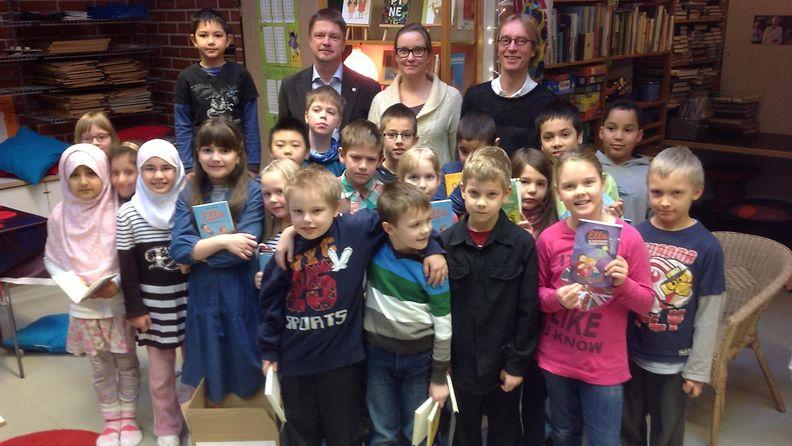 MTV:n Nuorten hyväksi -kampanja lahjoitti lastenkirjoja helsinkiläisen Keinutien ala-asteen tokaluokkalaisille. (2C:n oppilaat, kirjailija Timo Parvela, opettaja Katrianna Halinen ja MTV:n toimittaja Mika Tommola)