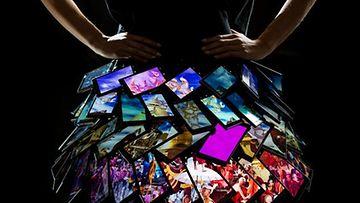Lumia 1520 -kännyköistä tehty hame. Kuvakaappaus Nokian Twitter-sivuilta.