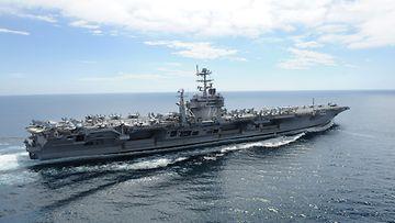 Yhdysvaltain laivaston Nimitz-luokan lentotukialus USS Abraham Lincoln harjoituspurjehduksella. Kuva: EPA.