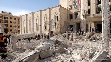 Pommien jälkiä raivataan Aleppossa Syyriassa 10. helmikuuta. Ainakin 28 ihmistä kuoli ja liki 250 haavoittui kahdessa räjähdyksessä.