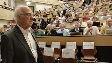 Brittiläinen fyysikko Peter Higgs saapui tieteilijöiden seminaariin kuuntelemaan viimeisimpiä tietoja Higgsin hiukkasen löytymisestä.