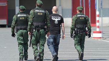 Poliisi saattaa uusnatsia Hofissa Saksassa.