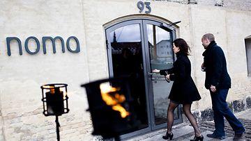 Arkistokuva: Asiakkaita menossa Noma-ravintolaan Kööpenhaminassa 27.4.2010.