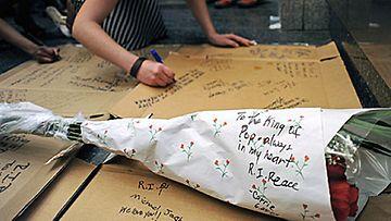 Fanit kirjoittivat muistokirjoituksia Michael Jacksonin muistolle Apollo-teatterin edessä Harlemissa. Kuva: Epa
