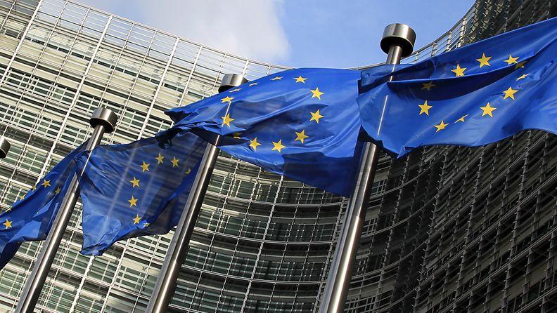 Liput salossa EU-komission päämajan edessä Brysselissä.