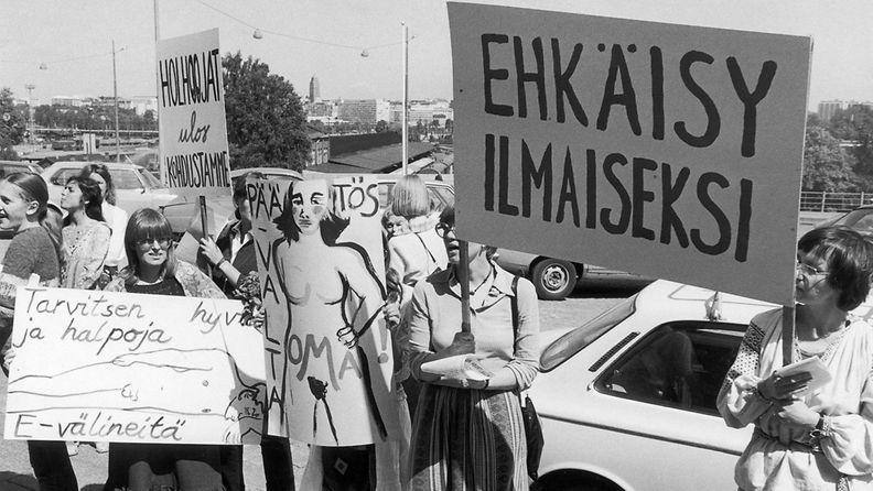 Feministit ja Naisasialiitto Suomessa Ry. järjesti aborttilain muutosta vastustavan mielenosoituksen eduskunnan edessä kesällä 1978.