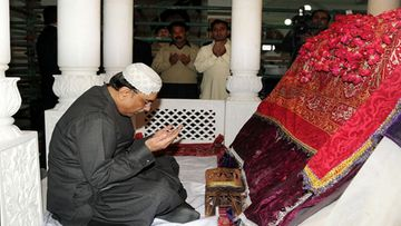 epa03043877 A handout picture made available by the Press Information Department on 27 December 2011 shows Pakistan's President Asif Ali Zardari praying at the grave of slain former Prime minister Benazir Bhutto to mark the forth anniversary of her assassination, in Gari Khuda Buksh, Pakistan, 27 December 2011. Benazir Bhutto was killed in an attack during an election campaign in Rawalpindi in December 2007.