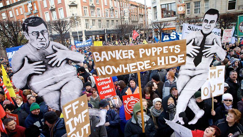 Kymmenettuhannet osoittivat mieltään Irlannin hallituksen kaavailemia leikkauksia vastaan Dublinissa 27.11.2010