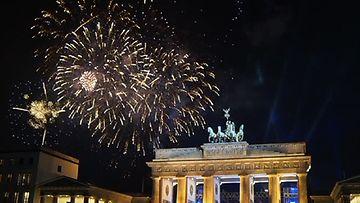 Berliiniläiset juhlivat uuttavuotta Brandenburgin portin edustalla.