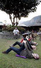 Turistit harjoittavat Method Putkistoa Annapurna-vuoren kupeessa.