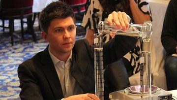 Biokemisti Daniel Isaacs työskentelee Medik8-lanseerauksessa 23.1.2014