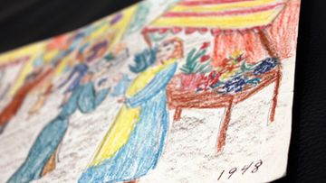 """Taiteilija ja näyttelijä Helen Elden lapsena piirtämä työ. """"Tuo on 1948, luulen, 1947 tai 1948. Tuo oli hauska, siinä oli värit. Mulla oli liidut. En koskaan saanut niitä ihania Sakura-liituja. Nuo on vai Porvoonliituja"""", Elde kertoo työstä."""