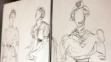 """Taiteilija ja näyttelijä Helen Elden luonnoksia teatteripuvustuksesta. """"Kun aloitin teatterin, piirtäminen jäi moneksi vuodeksi. Tein vain tällaisia pukupiirroksia"""", Elde kertoo työstä"""