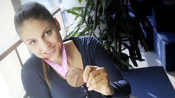 Aitajuoksija Nooralotta Neziri pronssimitalinsa kanssa SUL:n mitalikahveilla Helsingissä 9. syyskuuta 2013. Neziri sijoittui 100 metrin aitajuoksussa kolmanneksi 22-vuotiaiden EM-kisoissa