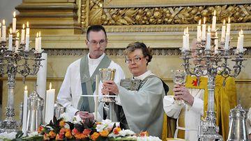 Helsingin piispaksi juuri vihitty Irja Askola (kesk.) valmistautuu avustajineen ehtoollisen jakamiseen Helsingin Tuomiokirkossa 12. syyskuuta 2010.