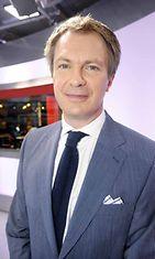 Uutisankkuri Peter Nyman MTV3:n studiossa