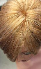 Laadukkaassa peruukissa hiukset näyttävät kasvavan luonnollisesti suoraan ihosta.