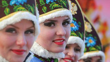 Tervetuloseremoniaan osallistuneita naisia Sotshissa.