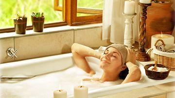 Suomalaiset nautiskelevat kynttilänvalossa kylpemisestä.