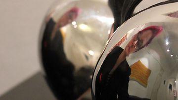 Noora Luhtala heijastuu hopeisista rintaliiveistä, joita on inspiroinut Madonna.