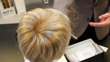 Peruukki, jossa hius on synteettistä.