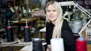 Pro Finlandia -mitalilla palkittu muotisuunnittelija Paola Suhonen Helsingissä 3. joulukuuta 2013.