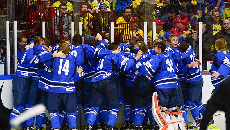 Nuoret Leijonat juhlii MM-kultaa.