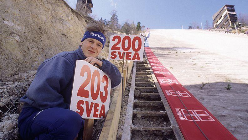 Toni Nieminen poseerasi ennätysmiehenä vuonna 1994.