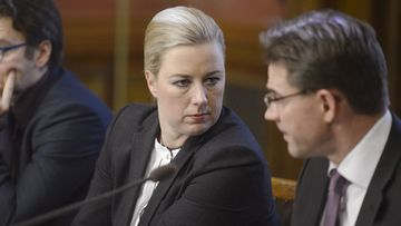 Valtiovarainministeri Jutta Urpilainen ja pääministeri Jyrki Katainen hallituksen rakennepoliittisen ohjelman täytäntöönpanoa koskevassa tiedotustilaisuudessa Helsingissä 29. marraskuuta 2013.