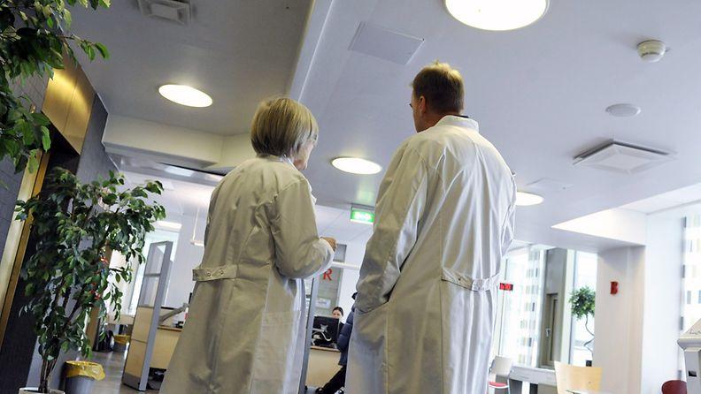 Nais- ja mieslääkäri keskustelevat lääkäriaseman vastaanotossa.