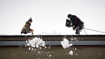 Lumenpudottajia Eteläisellä Hesperiankadulla Helsingissä 27. joulukuuta 2012.