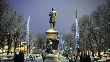 Runebergin patsas Esplanadin puistossa Helsingissä.