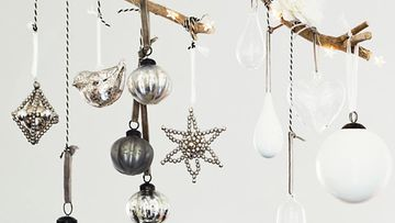 Hopeiset joulukoristeet sopivat valkoiseen jouluun. Kuva: Riverdale.