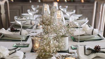 Valkoisilla ja hopeisilla koristeilla saa pöytäkattaukseen tyyliä. Kuva: The White Company.