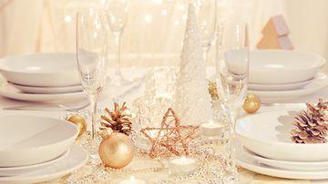 Hempeät sävyt ihastuttavat pöytäkattauksessa. Kuva: Shutterstock.